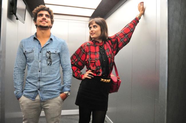 Caio Castro usa camisa jeans no blog do Bruno Figueredo