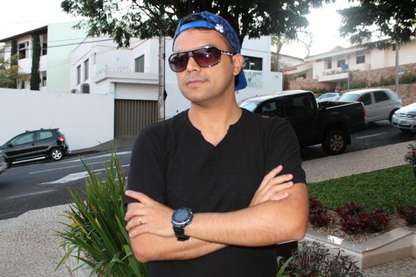 O blogueiro Bruno Figueredo veste John John, Armadda, Mormaii e Raphael Steffens