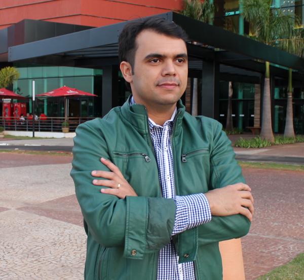 O blogueiro Bruno Figueredo veste Siberian, Samelo, Police e Christian Jóias.