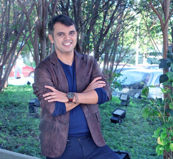 O blogueiro Bruno Figueredo veste VR, Diesel e Christian Jóias